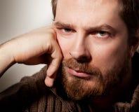 Retrato del hombre barbudo tranquilo hermoso Imagen de archivo libre de regalías