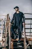 Retrato del hombre bien vestido de moda con la barba que presenta al aire libre Fotografía de archivo