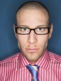Retrato del hombre calvo serio en vidrios Foto de archivo libre de regalías