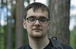 Retrato del hombre caucásico joven en vidrios con una barba Fotografía de archivo libre de regalías