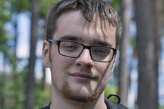 Retrato del hombre caucásico joven en vidrios con una barba Imágenes de archivo libres de regalías