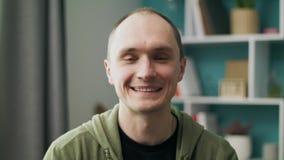 Retrato del hombre caucásico joven sonriente feliz en casa almacen de video