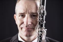Retrato del hombre con el clarinete sobre negro fotografía de archivo