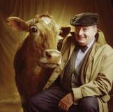 Retrato del hombre con la vaca Imagen de archivo