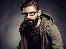 Retrato del hombre con los vidrios y la barba Imágenes de archivo libres de regalías