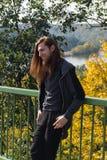 Retrato del hombre con una barba larga y un pelo largo idos con foto de archivo