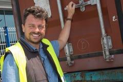 Retrato del hombre de entrega que sonríe en camión Fotografía de archivo