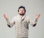 Retrato del hombre de la barba en suéter hecho punto Porqué yo Fotos de archivo libres de regalías