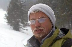 Retrato del hombre de la tormenta de la nieve Foto de archivo libre de regalías