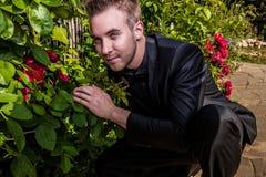 Retrato del hombre de moda hermoso joven contra jardín del verano. Fotos de archivo libres de regalías