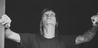 Retrato del hombre de moda que lleva la camisa negra, fondo negro Imagenes de archivo