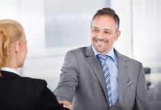 Retrato del hombre de negocios acertado en la entrevista Fotos de archivo