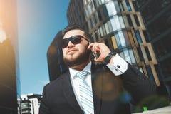 Retrato del hombre de negocios acertado que habla encendido fotos de archivo