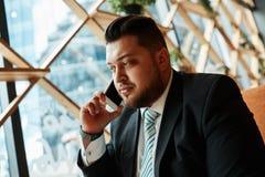 Retrato del hombre de negocios acertado que habla encendido fotografía de archivo