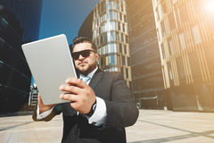 Retrato del hombre de negocios acertado que usa tacto imagenes de archivo