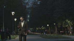 Retrato del hombre de negocios adulto hermoso que envía a metrajes
