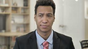 Retrato del hombre de negocios africano triste Upset por pérdida almacen de metraje de vídeo