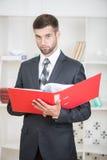 Retrato del hombre de negocios confiado hermoso imagen de archivo libre de regalías