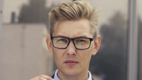 Retrato del hombre de negocios dado una sacudida el?ctrica Hombre caucásico hermoso joven en vidrios de los lanzamientos de la so metrajes
