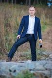 Retrato del hombre de negocios de mediana edad con el arma Fotografía de archivo