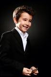 Retrato del hombre de negocios del niño pequeño en dinero de cuenta oscuro Fotos de archivo libres de regalías