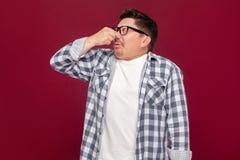 Retrato del hombre de negocios envejecido centro hermoso aburrido en camisa a cuadros casual y las lentes que se colocan y que bl fotos de archivo libres de regalías