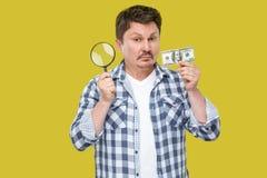 Retrato del hombre de negocios envejecido medio serio del inspector en la situación a cuadros casual de la camisa, llevando a cab fotos de archivo