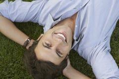 Retrato del hombre de negocios feliz Lying On Grass Foto de archivo libre de regalías
