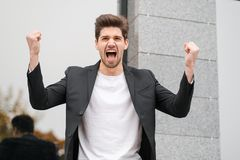 Retrato del hombre de negocios furioso enojado, teniendo ataque de nervios en el trabajo, gritando en cólera, gestión del estrés, fotos de archivo libres de regalías