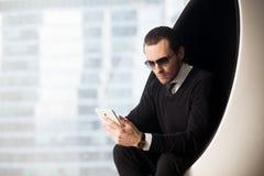Retrato del hombre de negocios hermoso en las gafas de sol que parecen eléctricas Fotografía de archivo