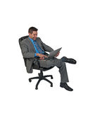 Hombre de Businuss que se sienta con el ordenador portátil Imágenes de archivo libres de regalías