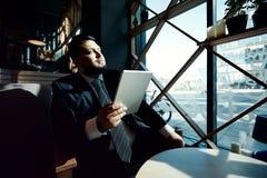 Retrato del hombre de negocios hermoso maduro usando fotografía de archivo