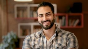 Retrato del hombre de negocios joven almacen de metraje de vídeo