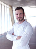 Retrato del hombre de negocios joven con la barba en la oficina moderna Fotos de archivo libres de regalías