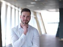 Retrato del hombre de negocios joven con la barba en la oficina moderna Imagen de archivo