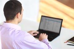 Retrato del hombre de negocios joven con la computadora portátil fotografía de archivo
