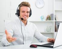 Retrato del hombre de negocios joven con las auriculares Imagenes de archivo