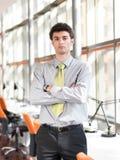 Retrato del hombre de negocios joven en la oficina moderna Imágenes de archivo libres de regalías