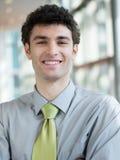 Retrato del hombre de negocios joven en la oficina moderna Fotos de archivo