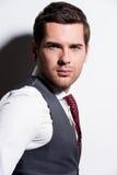 Retrato del hombre de negocios joven en traje gris. Imagen de archivo