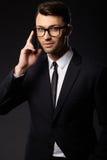 Retrato del hombre de negocios joven Fondo negro Foto de archivo