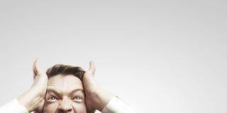 Retrato del hombre de negocios joven que grita contra Foto de archivo