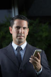 Retrato del hombre de negocios latino joven Using Cell Phone Foto de archivo libre de regalías