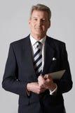 Retrato del hombre de negocios maduro Holding Digital Tablet Fotos de archivo libres de regalías