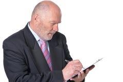 Retrato del hombre de negocios mayor con el tablero aislado fotos de archivo