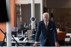 Retrato del hombre de negocios mayor hermoso en la oficina moderna Fotos de archivo libres de regalías