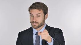 Retrato del hombre de negocios Pointing en la cámara almacen de metraje de vídeo
