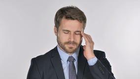 Retrato del hombre de negocios que gesticula el dolor de cabeza, tensión almacen de metraje de vídeo