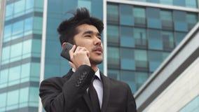 Retrato del hombre de negocios que hace llamadas de teléfono almacen de video