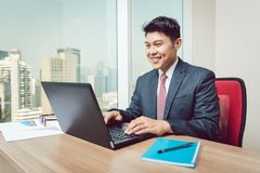 Retrato del hombre de negocios que mira el ordenador portátil foto de archivo